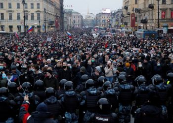 Law enforcement officers stand in front of participants during a rally in support of jailed Russian opposition leader Alexei Navalny in Saint Petersburg, Russia January 23, 2021. REUTERS/Anton Vaganov