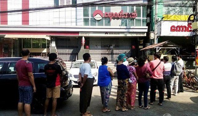 মিয়ানমারে অর্থনৈতিক বিপর্যয়ের আশঙ্কায় এটিএম বুথের সামনে ভিড়